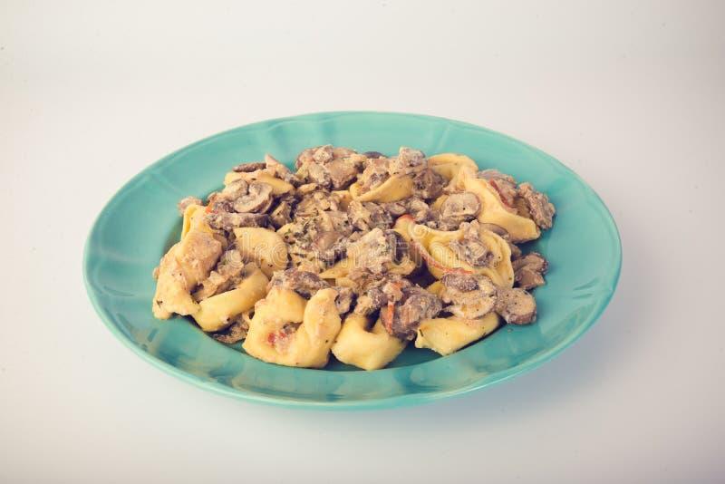 Tortellini com cogumelos em uma placa foto de stock