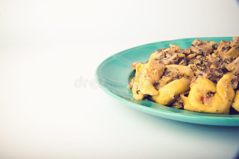 Tortellini com cogumelos em uma placa fotografia de stock royalty free