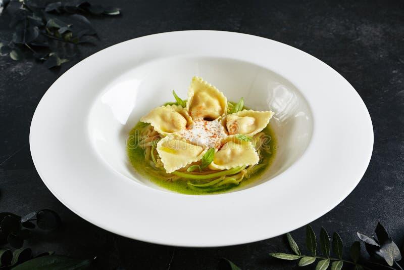 Tortellini con los camarones o los raviolis de los mariscos, opinión de top joven del ragú del calabacín fotos de archivo libres de regalías