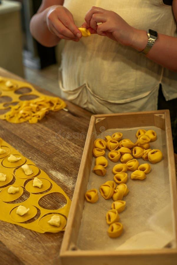 Tortellini de fatura e de dobra na maneira italiana tradicional perto imagens de stock royalty free