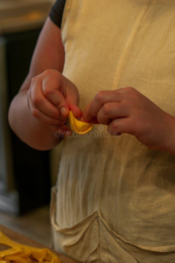Tortellini de fatura e de dobra na maneira italiana tradicional perto fotografia de stock royalty free