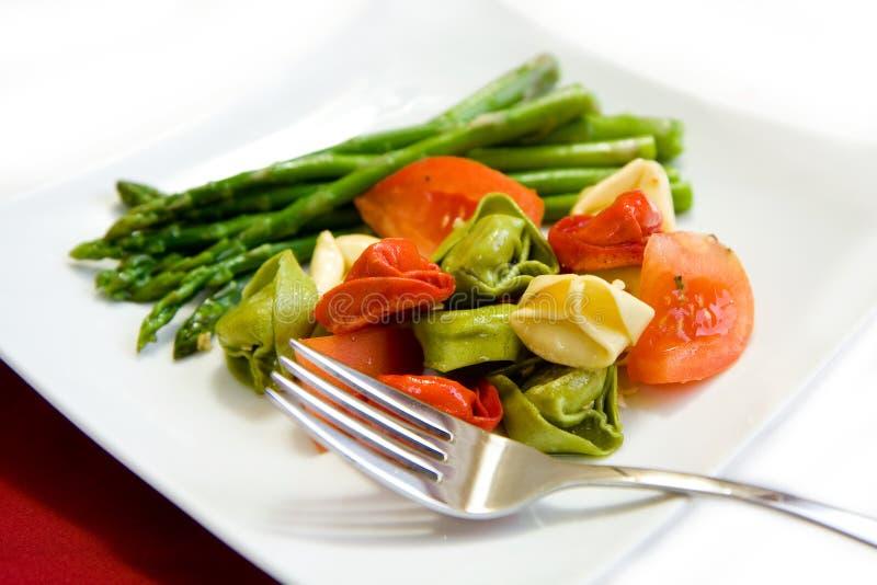 Tortellini ed asparago fotografie stock