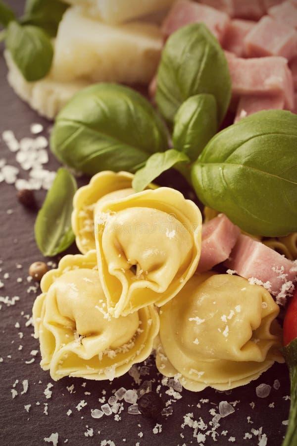 Tortellini italiani crudi casalinghi con il prosciutto ed il formaggio fotografia stock
