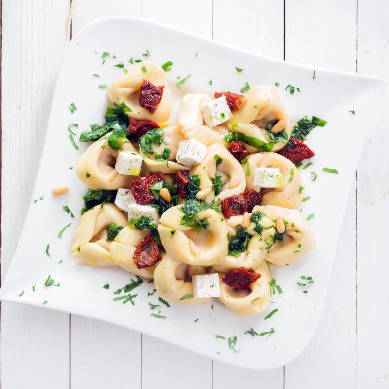 Tortellini italiano com queijo de feta e pesto fotografia de stock royalty free