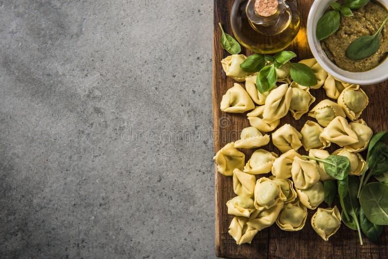 Tortellini italien avec des épinards photo libre de droits