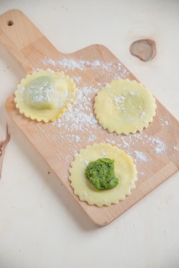 Tortellini rempli d'épinards photos libres de droits