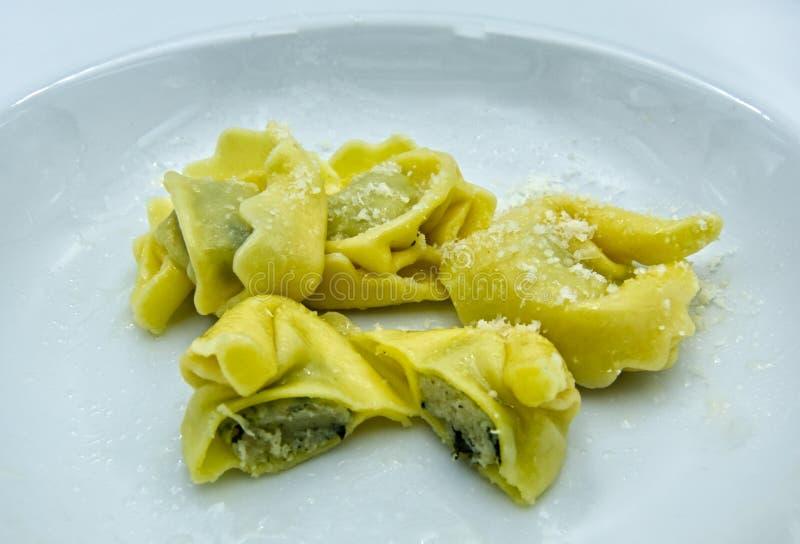 Tortelloni con queso y espinaca del ricotta en el plato blanco imágenes de archivo libres de regalías