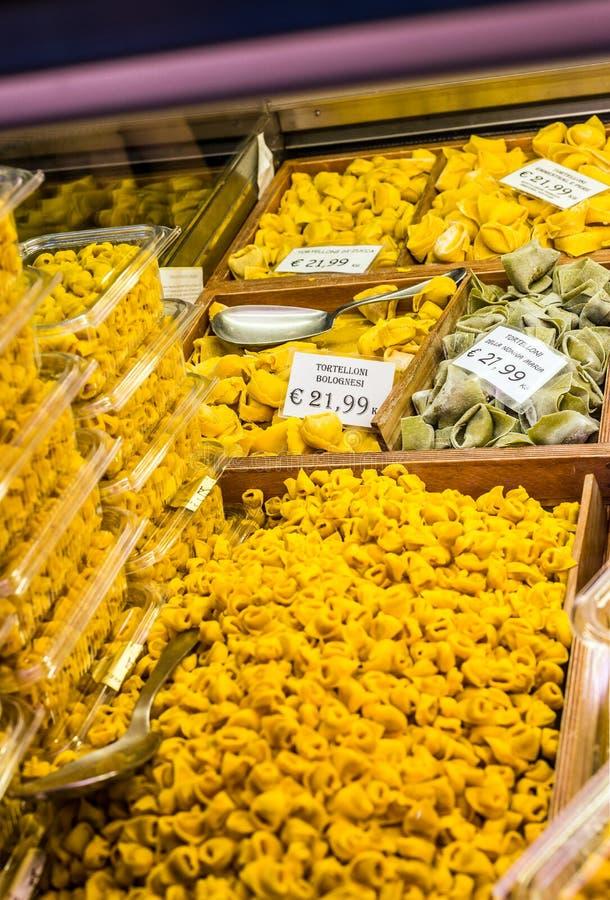 Tortelloni e Tortellini em uma montra da Bolonha Emilia-Romagna Italy imagens de stock
