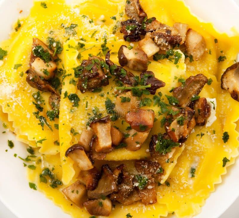 Tortelloni italiano com cogumelo imagens de stock
