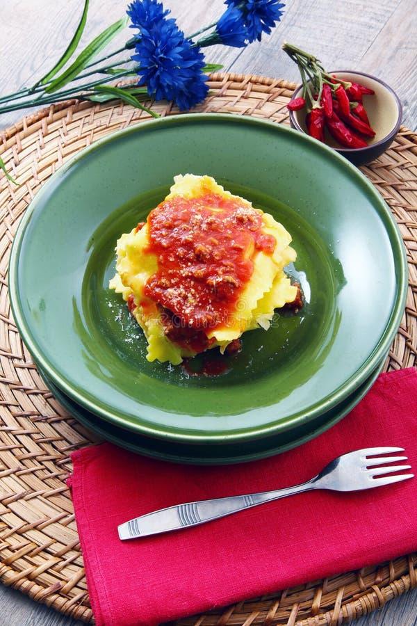 Tortelloni italiano com molho da carne fotografia de stock royalty free