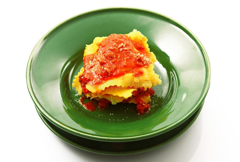 Tortelloni italiano com molho da carne imagens de stock royalty free