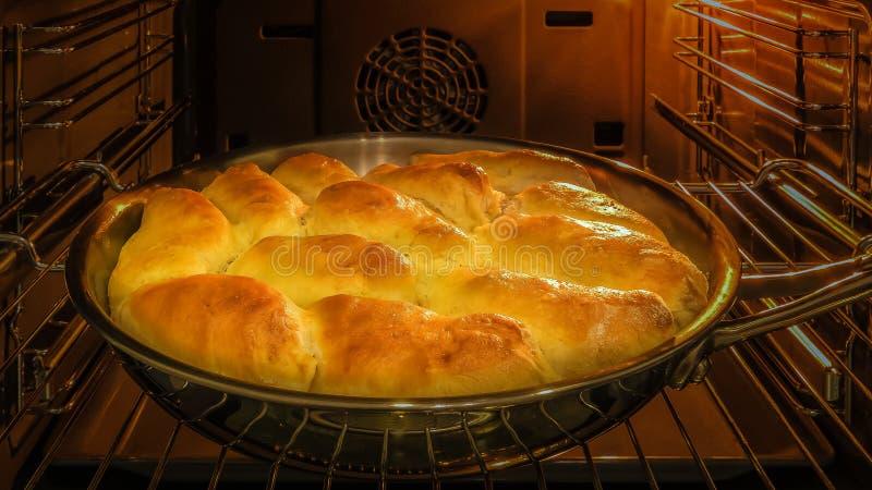 Torten mit Stau im Ofen lizenzfreies stockbild