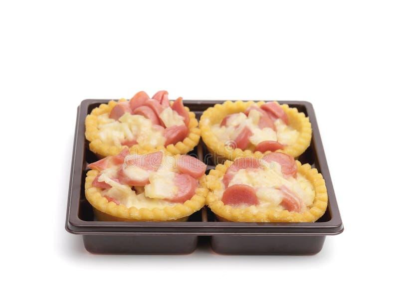 TortenSalatsoße mit Schweinswurst im Kunststoffgehäuse, lokalisiert auf weißem Hintergrund lizenzfreie stockfotografie