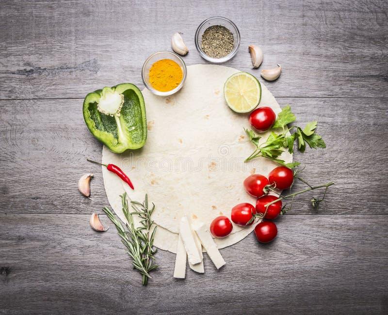Tortiglia con presentato vicino intorno alla suoi frutta e spazio delle verdure per testo sulla vista superiore del fondo rustico immagini stock libere da diritti