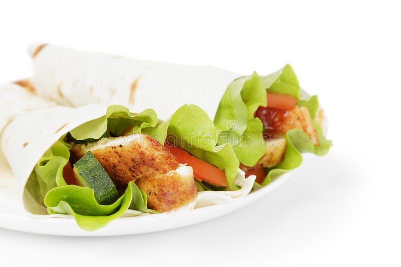 Tortiglia del grano con il pollo e le verdure fotografia stock libera da diritti