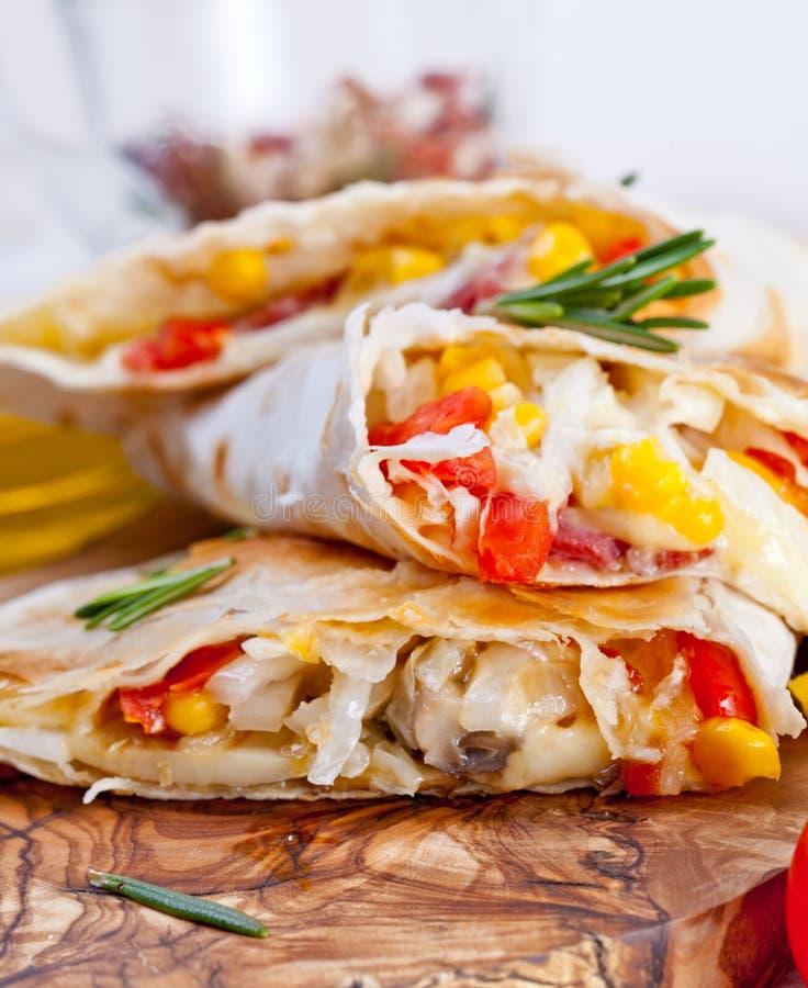 Tortiglia messicana con la salsa di riempimento, del cereale e della verdura della carne fotografie stock