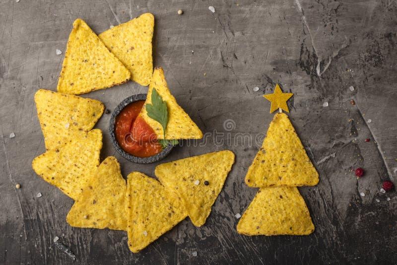 Tortiglia messicana della tortiglia del nacho con formaggio e salsa Il concetto del nuovo anno dai nacho messicani Alberi di Nata fotografia stock