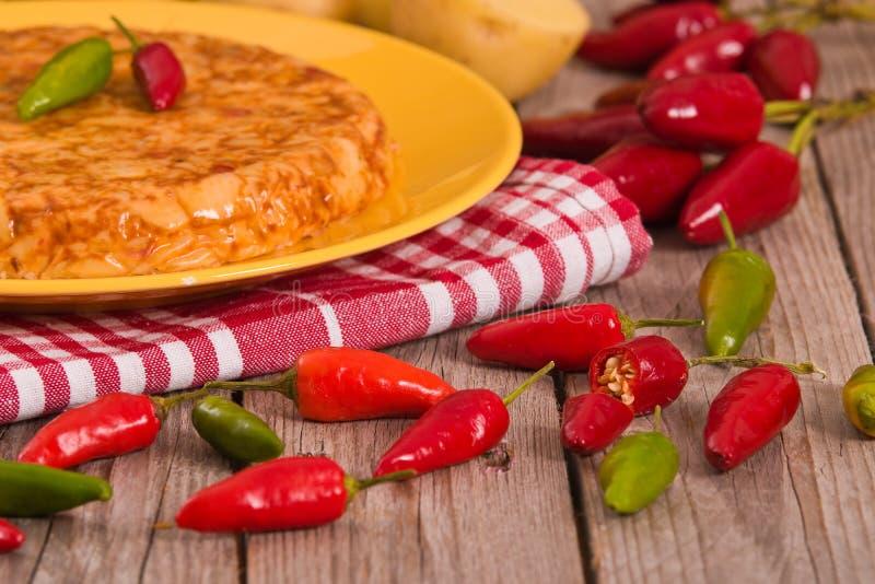 Tortiglia, omelette spagnola con chorizo fotografia stock libera da diritti