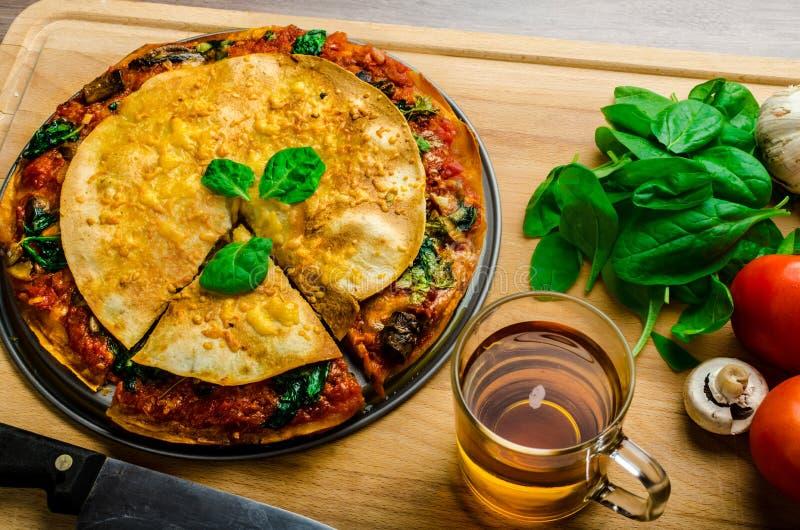 Tortiglia vegetariana e salsa bolognese immagini stock libere da diritti