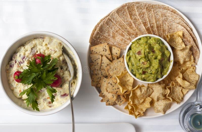Tortiglii messicane e guacamole dei nacho dei taci Insalata russa fotografie stock