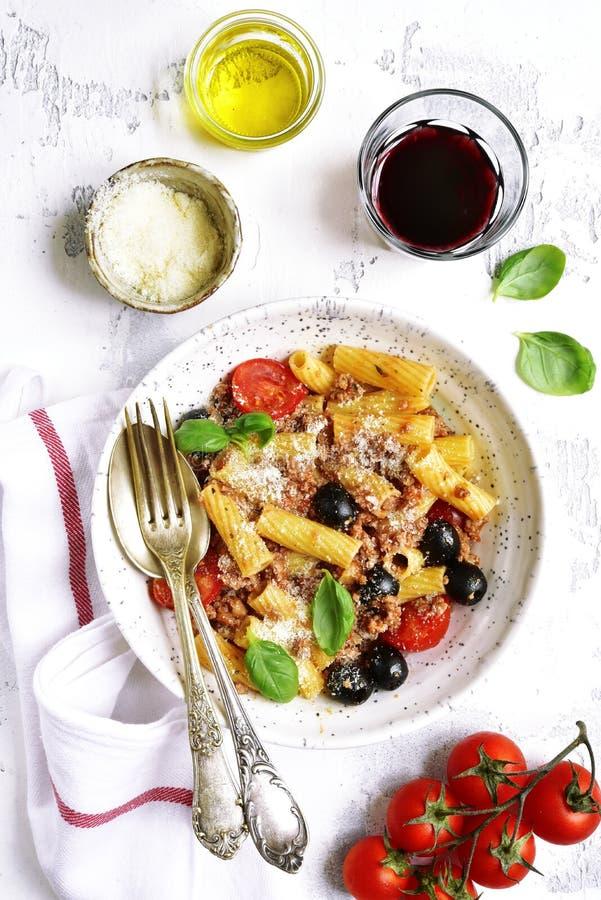 Tortiglioni Bolognese z pomidorową wiśnią i czarnymi oliwkami wierzchołek vi obrazy stock