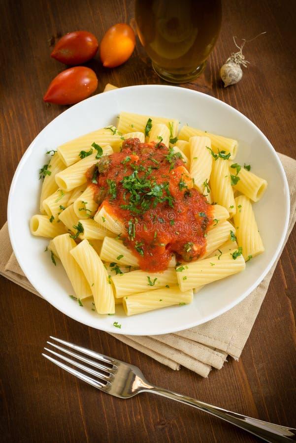 Tortiglioni z pomidorem zdjęcia royalty free
