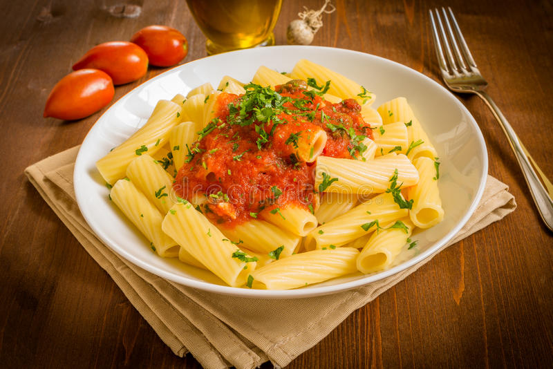 Tortiglioni z pomidorem obraz stock