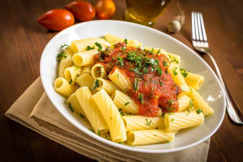 Tortiglioni z pomidorem obrazy stock