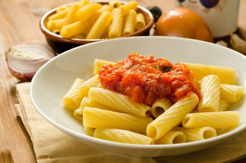 Tortiglioni z pomidorowym kumberlandem zdjęcia stock