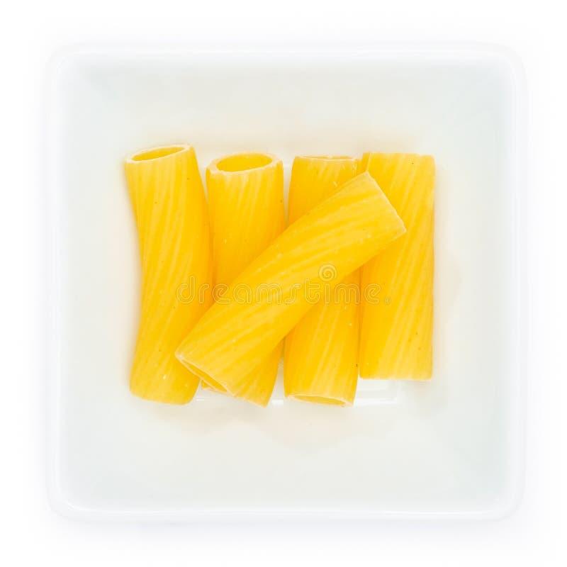 Tortigoni da massa cru em uma bacia branca foto de stock royalty free