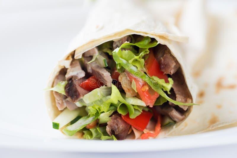 Tortilha com uma carne grelhada deliciosa e uma salada misturada fresca fotos de stock royalty free