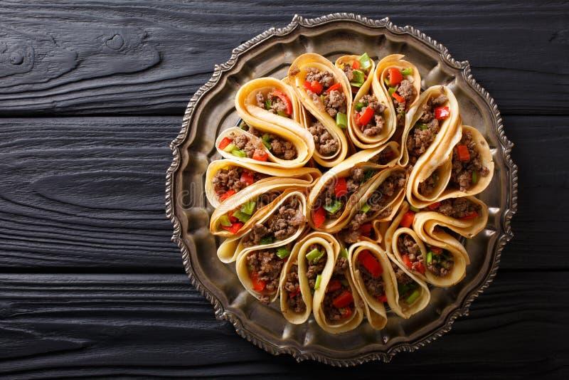 Tortilha enchida com carne da carne, pimentas e close up das cebolas Hor fotografia de stock royalty free