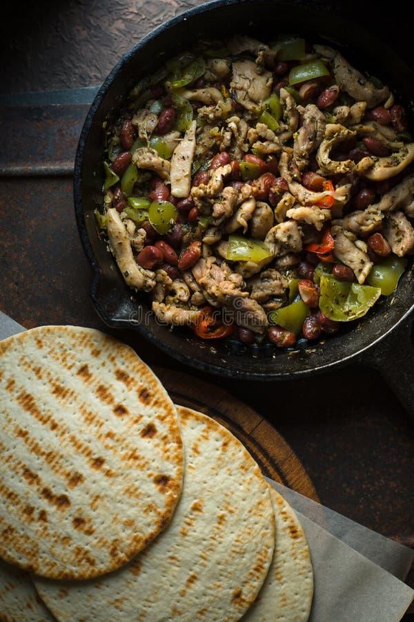 Tortilha no pergaminho e na frigideira com enchimento da vista superior imagens de stock
