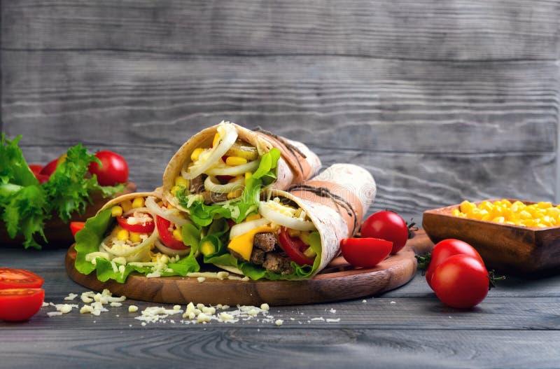 Tortilha torcida sanduíches do rolo imagens de stock royalty free