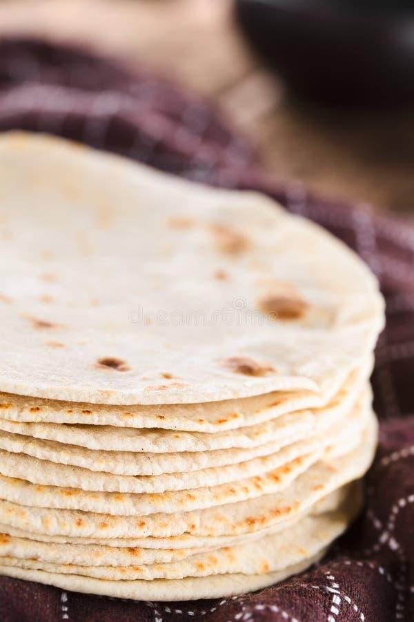 Tortilhas caseiros frescas da farinha fotografia de stock royalty free
