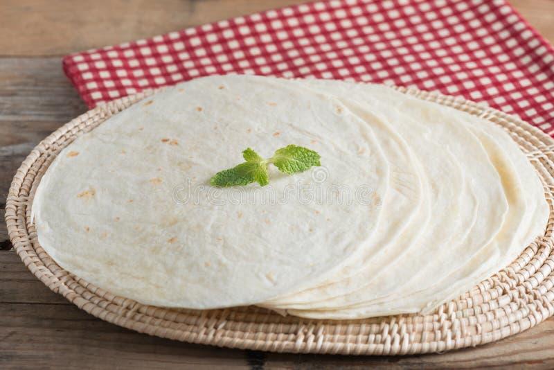 Tortilhas da farinha de trigo inteiro na tabela de madeira fotos de stock royalty free