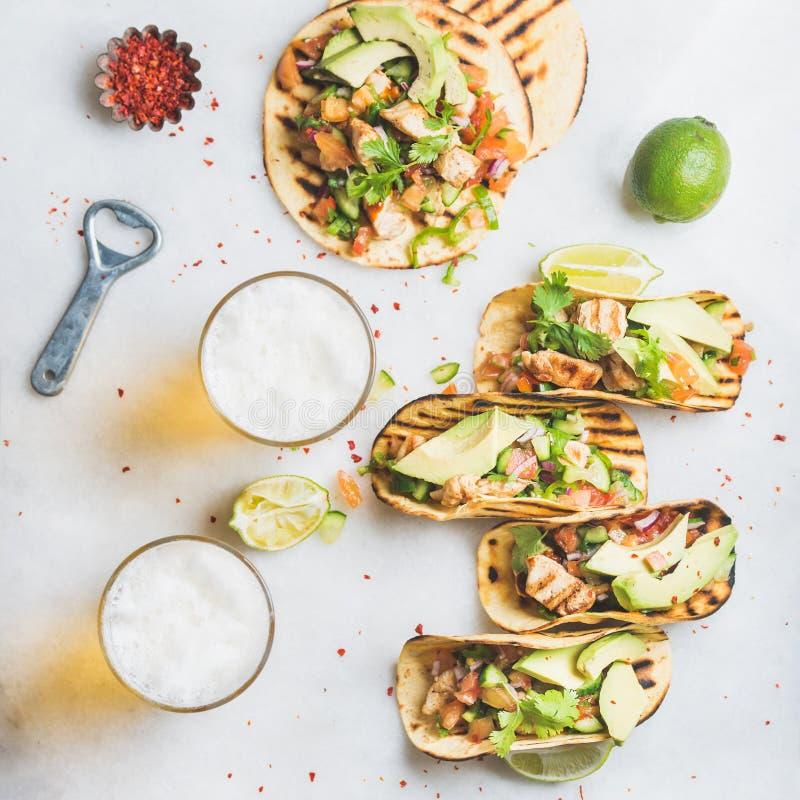 Tortilhas de milho saudáveis com galinha, abacate, salsa, cais e cerveja fotos de stock