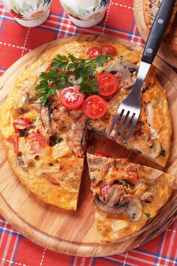 Tortilla, ισπανική ομελέτα με τα μανιτάρια και ντομάτα στοκ εικόνα με δικαίωμα ελεύθερης χρήσης