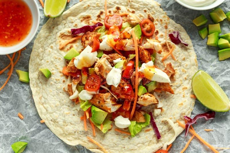 Tortilla κοτόπουλου τα περικαλύμματα με το φρέσκο λαχανικό αναμιγνύουν, αβοκάντο, ασβέστης, ελληνικό γιαούρτι και γλυκιά σάλτσα τ στοκ εικόνες