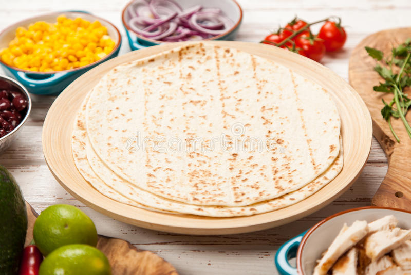 Tortilla με ένα μίγμα των συστατικών στοκ φωτογραφία με δικαίωμα ελεύθερης χρήσης
