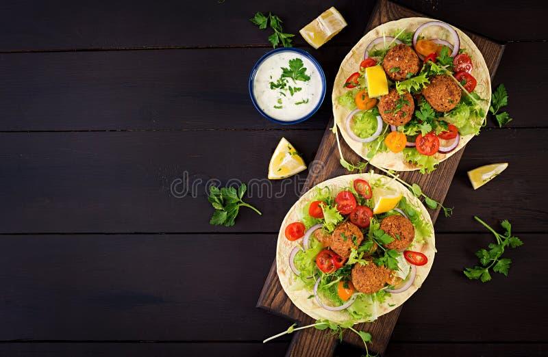 Tortilla περικάλυμμα με το falafel και τη φρέσκια σαλάτα Tacos Vegan στοκ φωτογραφία