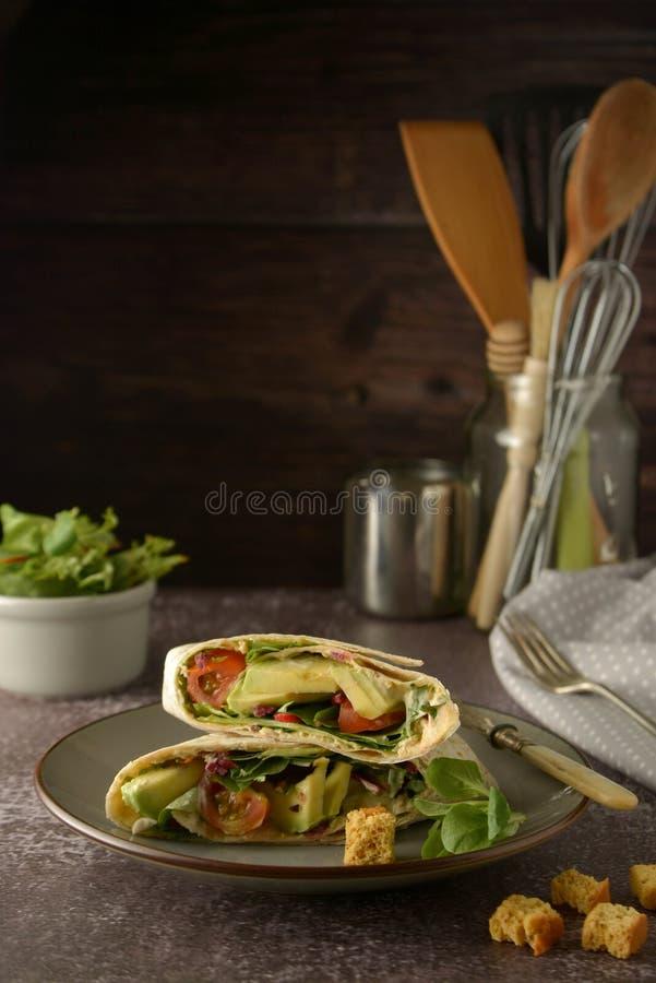 Tortilla περικαλύμματα με το αβοκάντο, ντομάτα κερασιών Υγιή, vegan τρόφιμα Πάρτε μαζί το πρόχειρο φαγητό στοκ εικόνες με δικαίωμα ελεύθερης χρήσης