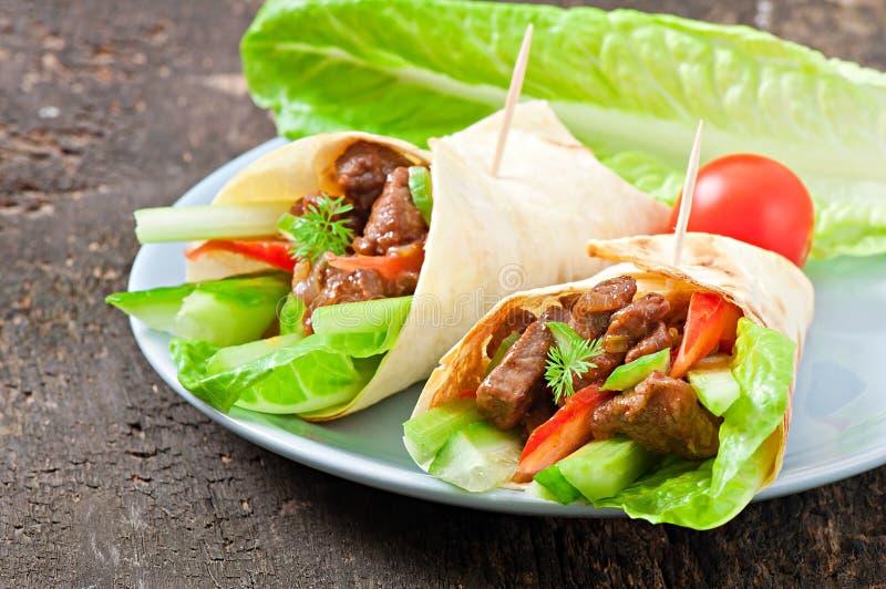 Tortilla περικαλύμματα με το κρέας στοκ εικόνες με δικαίωμα ελεύθερης χρήσης