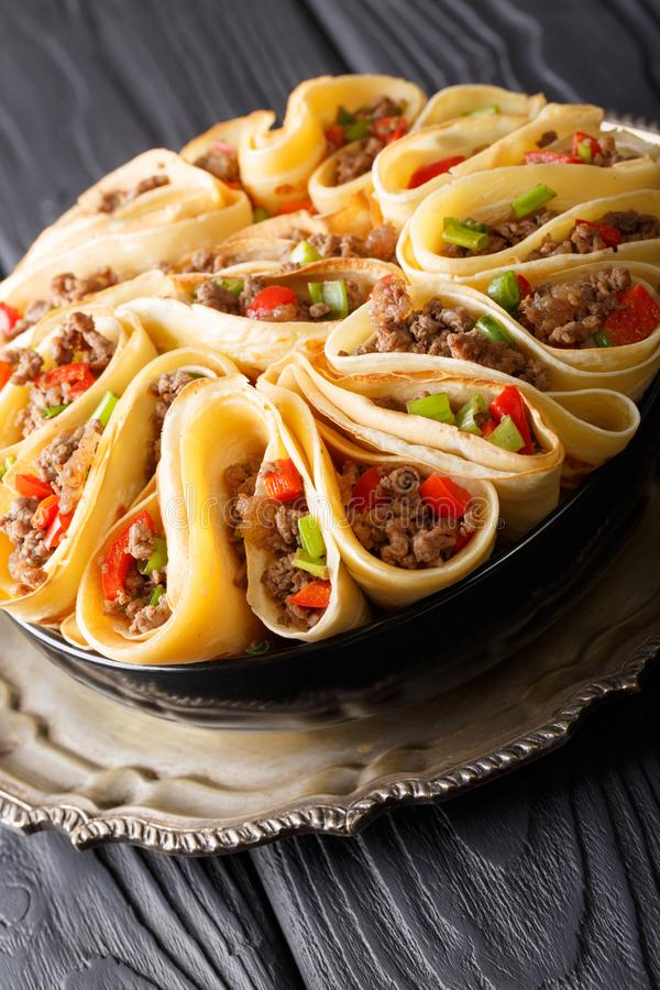 Tortilla που γεμίζεται με την κινηματογράφηση σε πρώτο πλάνο βόειου κρέατος, πιπεριών και κρεμμυδιών κρέατος ver στοκ εικόνες με δικαίωμα ελεύθερης χρήσης