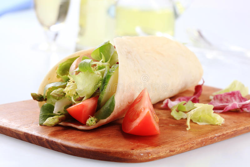 tortilla σαλάτας φυτικό περικάλ&up στοκ εικόνες