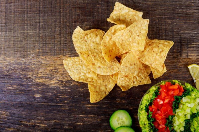 Tortilla τσιπ, εμβύθιση αβοκάντο, ντομάτα και αγγούρι στοκ φωτογραφία με δικαίωμα ελεύθερης χρήσης