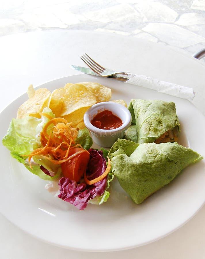 tortilla еды мексиканскими курят семгами, котор стоковое фото