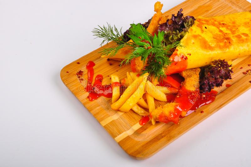 Tortilla с цыпленком и фраями француза стоковая фотография