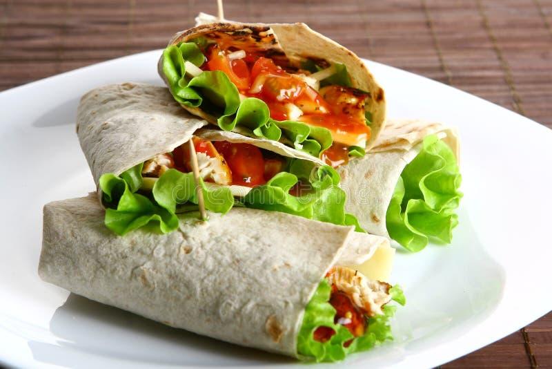 Tortilla avec du fromage et la salade verte image stock