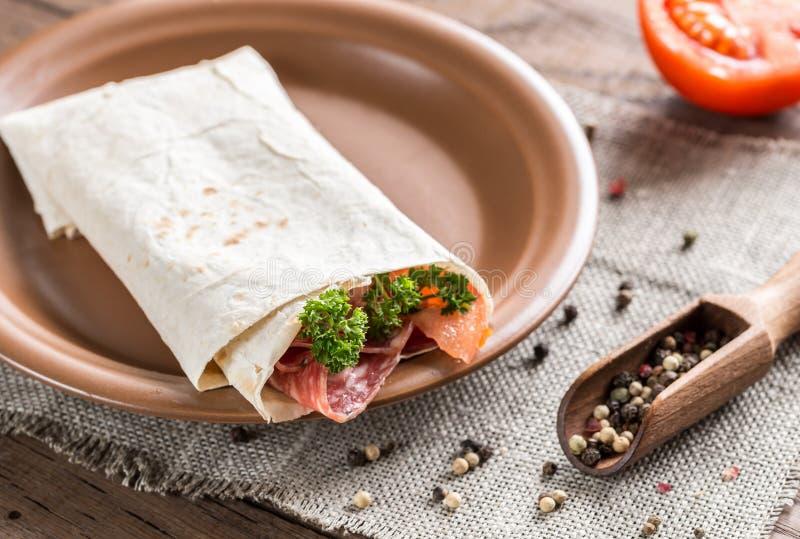 Tortilla avec la saucisse et les tomates photo libre de droits